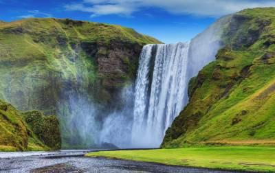 General view of the Seljalandsfoss falls%2c Iceland. Panorama - 400X252